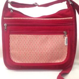 un sac bandoulière Maëlle rouge avec motif géométrique orange