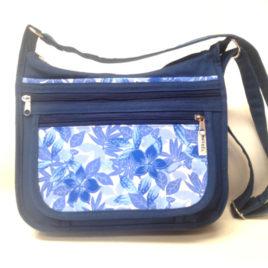 un sac bandoulière Maëlle bleu avec tissu a fleur