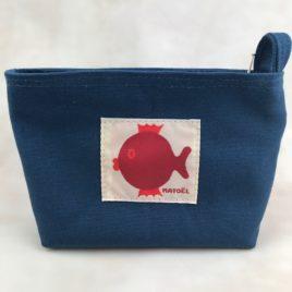 Une petite trousse bleu avec poisson rouge