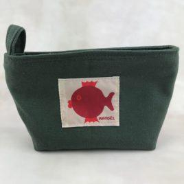 Une petite trousse kaki avec poisson rouge