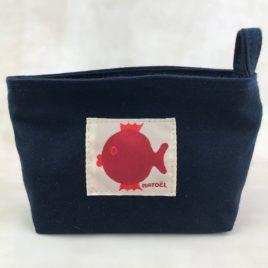 Une petite trousse marine avec poisson rouge