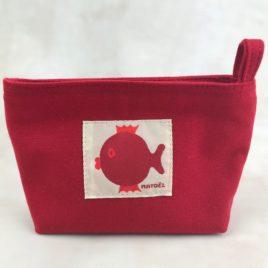 Une petite trousse rouge avec poisson rouge