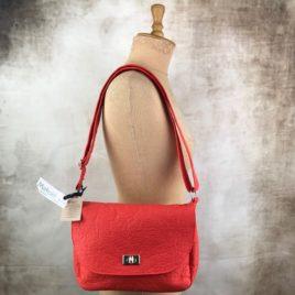 un petit sac bandoulière rouge en pinatex
